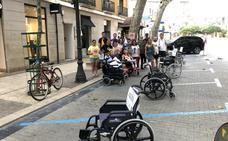 Sillas de ruedas invaden la calle Campos