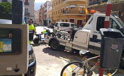 El conductor de un ciclomotor eléctrico, herido leve en Dénia al caerse solo mientras circulaba por la Glorieta