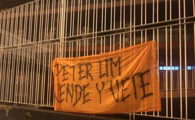 Mestalla amanece con pancartas contra Lim