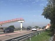 Un camión arranca la pasarela peatonal de El Saler