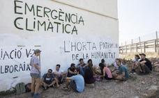 La Guardia Civil desaloja la alquería del Forn de la Barraca y comienza su derribo