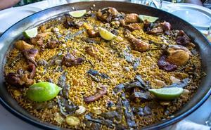 La receta de la auténtica paella valenciana de pollo y conejo