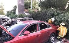 Arden tres coches en el parking exterior del Hospital de Dénia