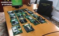 Tráfico descubre a 13 alumnos con microcámaras ocultas en botones para copiar durante el examen del carné de conducir en Valencia