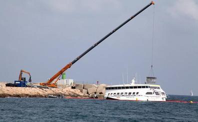 Comienza la retirada de grandes piezas del ferry encallado en Dénia