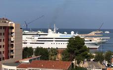 El yate 'Lady Moura', uno de los más caros del mundo, atraca en Dénia