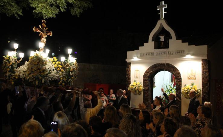 Campanar procesiona con su Cristo hasta el Pouet