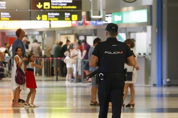Национальный полицейский в аэропорту Валенсии.  / Мануэль Молинес
