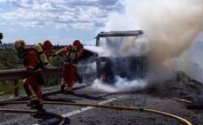 El incendio de un camión y otro accidente en la A-7 causan varios kilómetros de retenciones