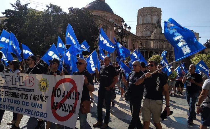 La Policía Local se manifiesta frente al Palau de la Generalitat