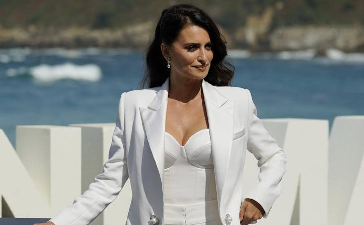Penélope deslumbra en San Sebastián con un Chanel blanco