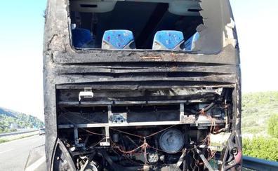 Un incendio en un autobús con 60 pasajeros obliga a cortar el tráfico en Benissa