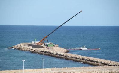 Empiezan a quitar las últimas piezas visibles del ferry encallado en Dénia