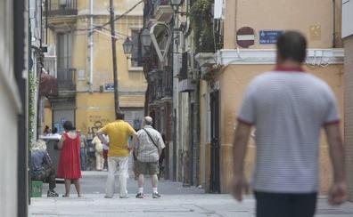 El Ayuntamiento agilizará las denuncias contra la prostitución callejera y el tráfico de drogas en Velluters