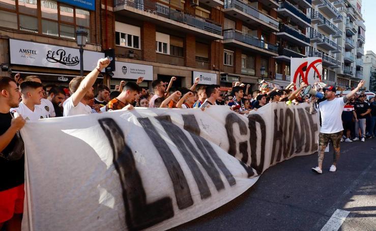 La afición del Valencia CF con pancartas a las puertas de Mestalla