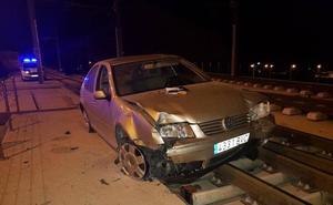 Un conductor impacta su vehículo contra tres árboles, se da a la fuga y acaba volcado en la plataforma del tranvía