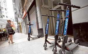 Una nueva norma de la DGT obligará a quitar plazas de aparcamiento de los coches para que estacionen patinetes en la calle