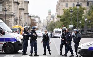 El asesino de los policías de París tenía datos personales de funcionarios