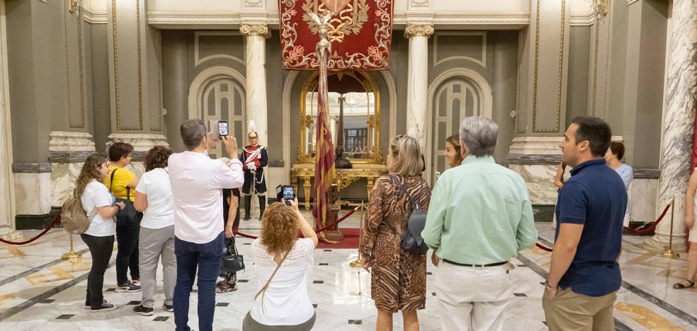 Los valencianos rinden culto a la Real Senyera