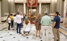 Los valencianos rinden honores a la Reial Senyera en el Ayuntamiento de Valencia