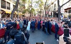 Catalá se detiene en la calle San Vicente con la enseña mirando a la Seo