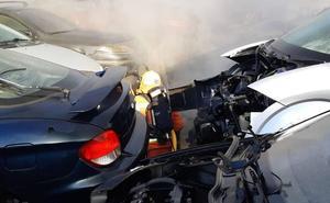 Arden un centenar de coches en un desguace en Massamagrell