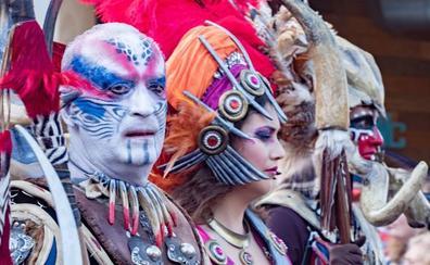 Espectacular desfile de Moros y Cristianos por el 9 d'Octubre