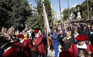 Los aplausos ganan en la procesión cívica