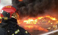Extinguido el incendio declarado en una planta de reciclaje de palets en Betxí