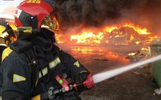 Incendio industrial en una empresa de reciclaje de palés en Betxí