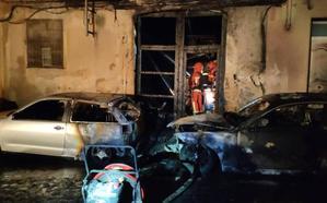 Un incendio calcina tres coches y la fachada de un edificio en Ontinyent