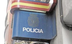 Tumba a puñetazos y arranca un trozo de oreja de un mordisco a un desconocido en un bar de Valencia