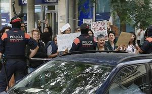 La atrincherada en el Consulado de Uruguay de Barcelona entrega a su hija a los Mossos