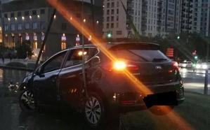 Un conductor que da positivo en alcohol empotra su coche en la rotonda del Palacio de Congresos de Valencia