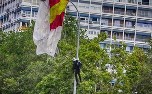 El paracaidista que descendía con la bandera en el desfile de la Fiesta Nacional impacta contra una farola