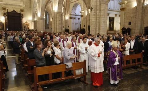 La catedral, abarrotada para despedir al capellán celador del Santo Cáliz