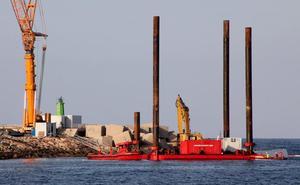 Una plataforma flotante toma el puerto de Dénia tras la retirada de casi toda la parte visible del ferry encallado