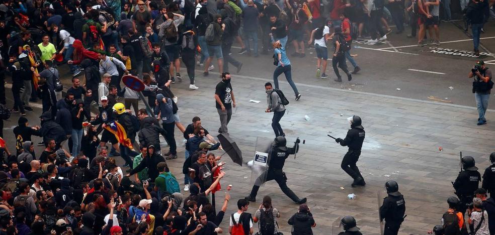 Un manifestante de El Prat pierde un ojo por una pelota de goma