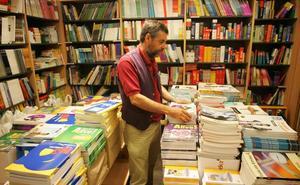 Críticas al sector editorial de padres y docentes por el precio del libro de texto