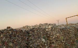 Miles de toneladas de plástico del macrovertedero aún amenazan Utiel