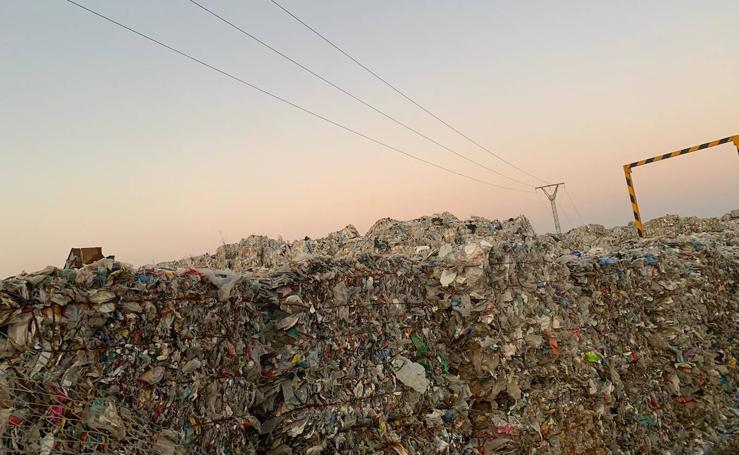 Residuos acumulados en una planta ilegal de Utiel