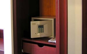 Un trabajador de un hotel de Benidorm, detenido por robar en las cajas fuertes de las habitaciones