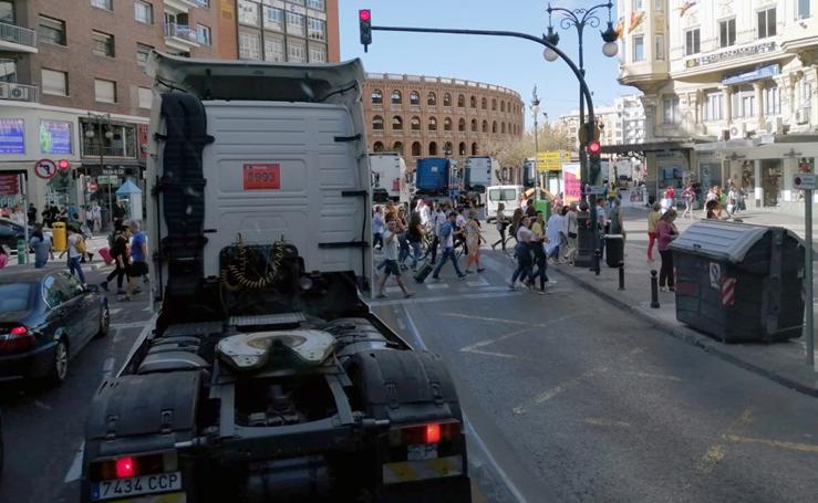Una marcha lenta de 200 camiones recorre el centro de Valencia