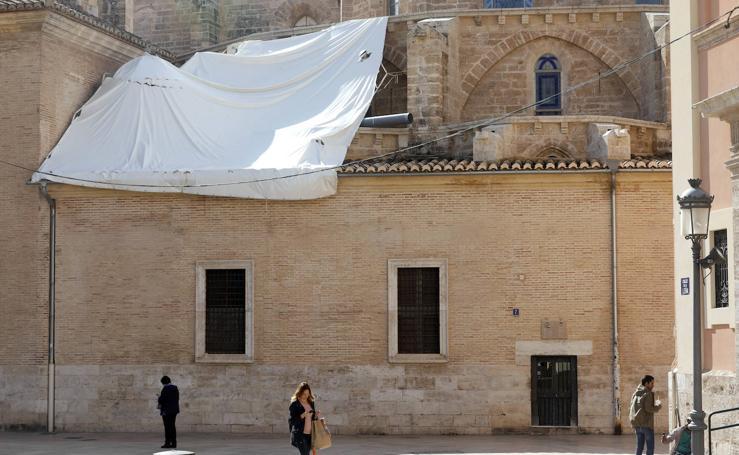 Así se encuentra la fachada lateral de la Catedral de Valencia