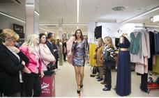 La moda de otoño invade Fira Mercat en la plaza del Prado