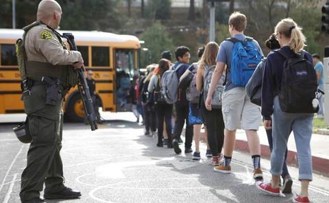 Dos muertos en un ataque a una escuela de California