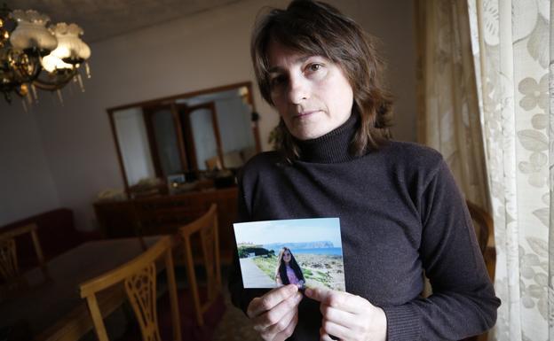 La madre de Krhystyna Savenchuk, con una foto de su hija poco antes de desaparecer. /jesús signes