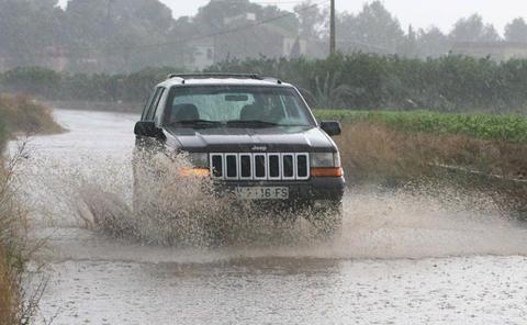 Dos rescatados de un coche atrapado por el agua en Vinaròs