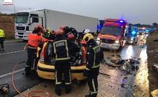 Tres muertos y dos heridos en un accidente entre dos coches y un camión en Vilanova d'Alcolea