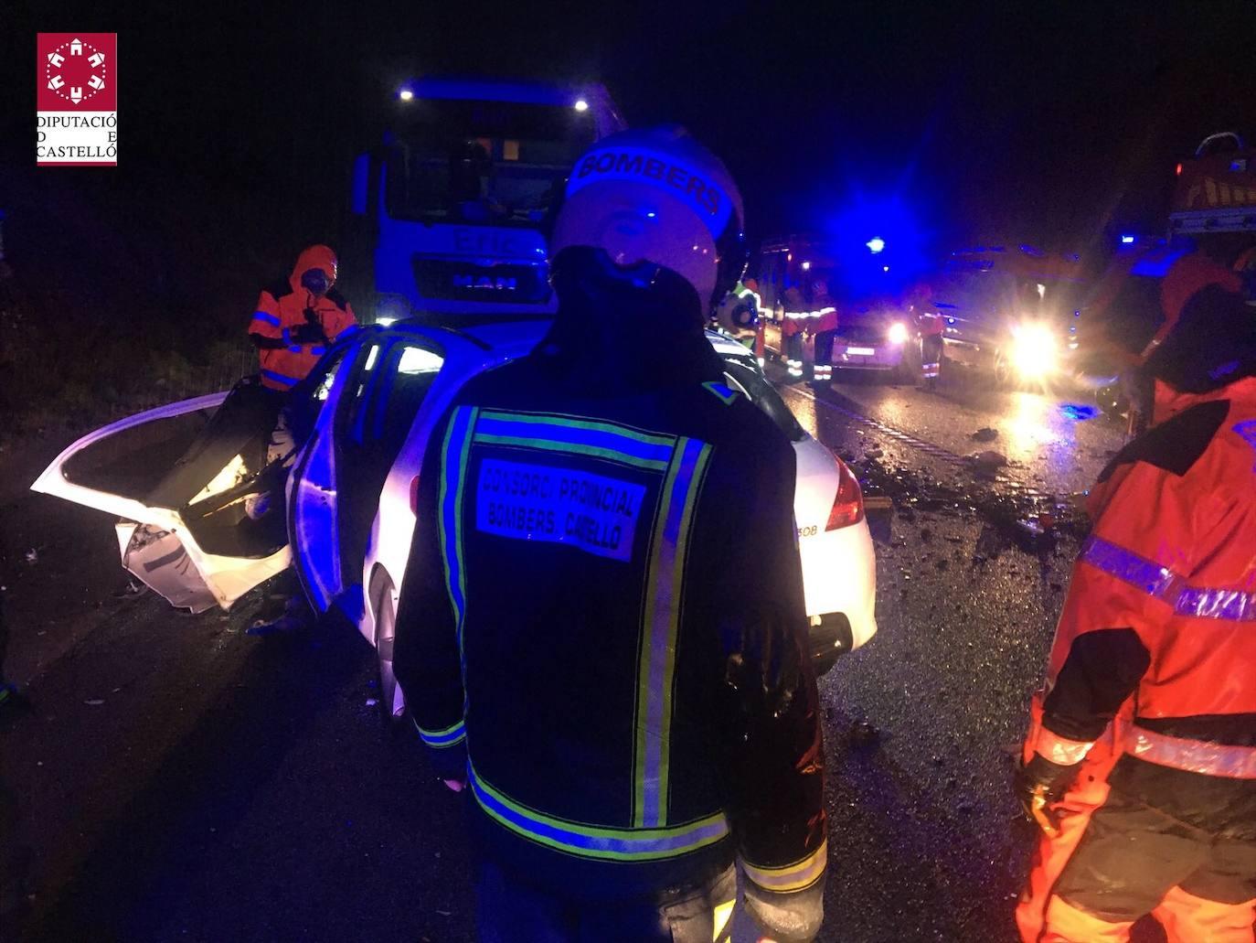 Tres fallecidos tras chocar un camión con dos coches en Vilanova d'Alcolea